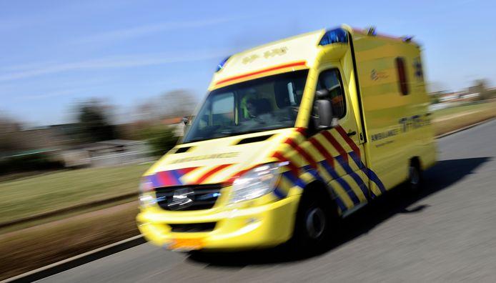 2011-03-24 00:00:00 BARENDRECHT - Ambulance rijdt met hoge snelheid door de straat. ANP XTRA LEX VAN LIESHOUT
