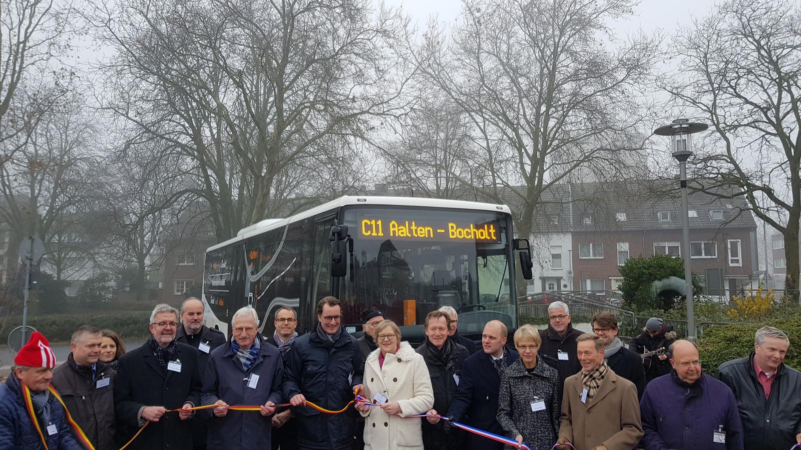 Blije gezichten bij de start van de proef met de buslijn Aalten-Bocholt in december 2017.