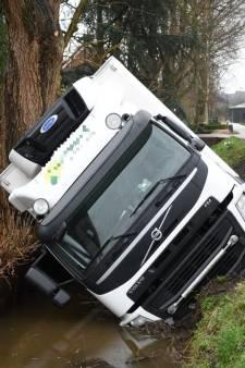 Vrachtwagen op zijn kant in de sloot Woerden: weg dicht
