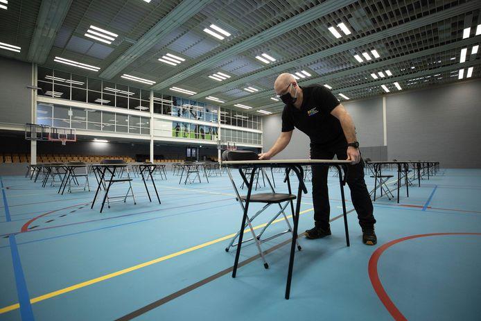 Opbouw en inrichting van sportzaal TU/e voor tentamens. (archieffoto ter illustratie)
