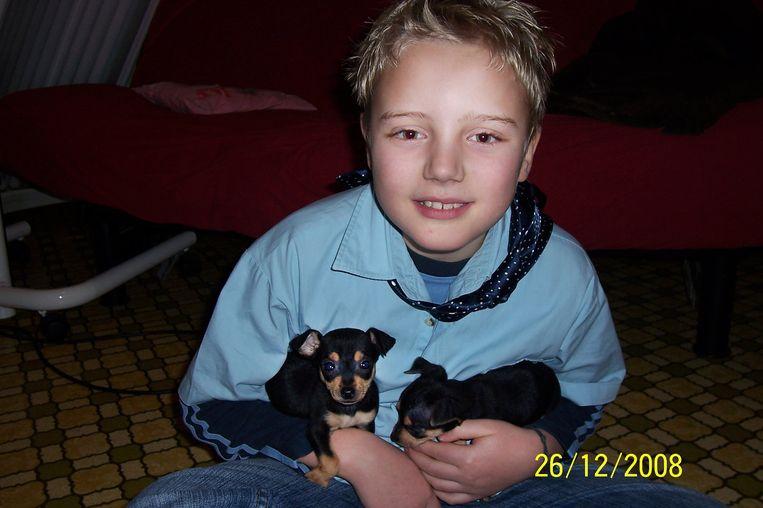 Een foto van de 10-jarige Kacper, met zijn hondjes.