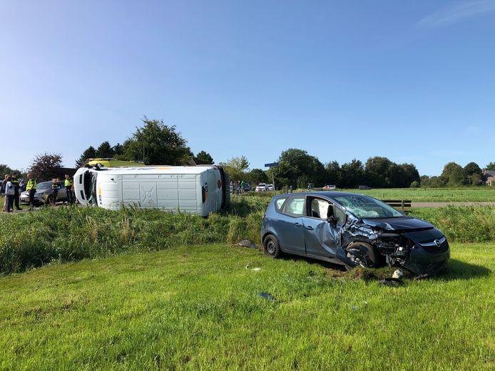 Bij het ongeval belandde de bedrijfsbus op zijn kant.