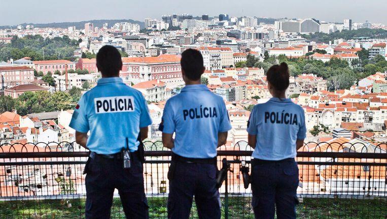 Politieagenten waken over Lissabon. Beeld Jonas Lampens