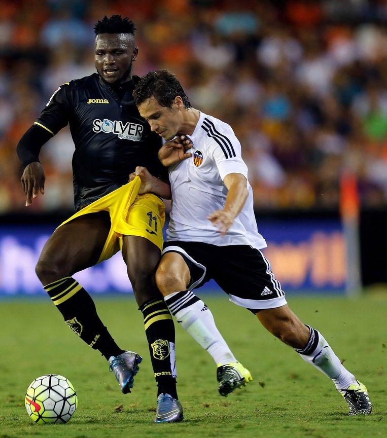 Lucas Orbán (Valencia FC) in duel met Isaac Ajayi (Granada FC), 2015. Beeld