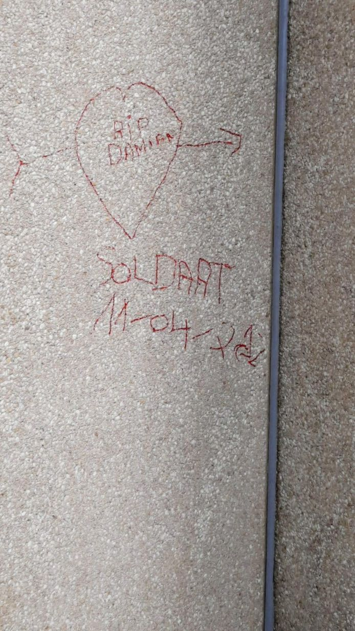Boodschappen op de muur van het Ibis-hotel aan de plaats waar Damian is gestorven.