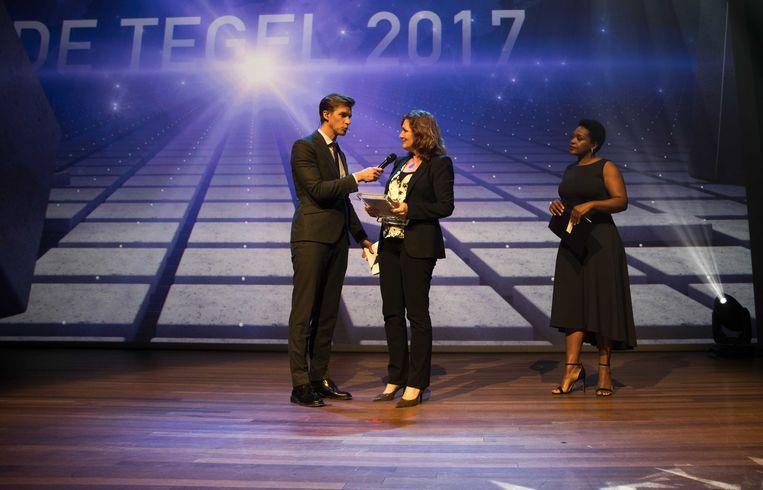 Carlijne Vos tijdens de uitreiking van De Tegel, de jaarprijzen voor de journalistiek in dag- en weekbladen, radio en televisie en multimedia in de Koninklijke Schouwburg. Beeld ANP