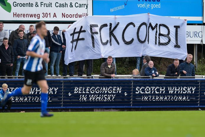 Protest Quick Boys-supporters tegen de buscombi.