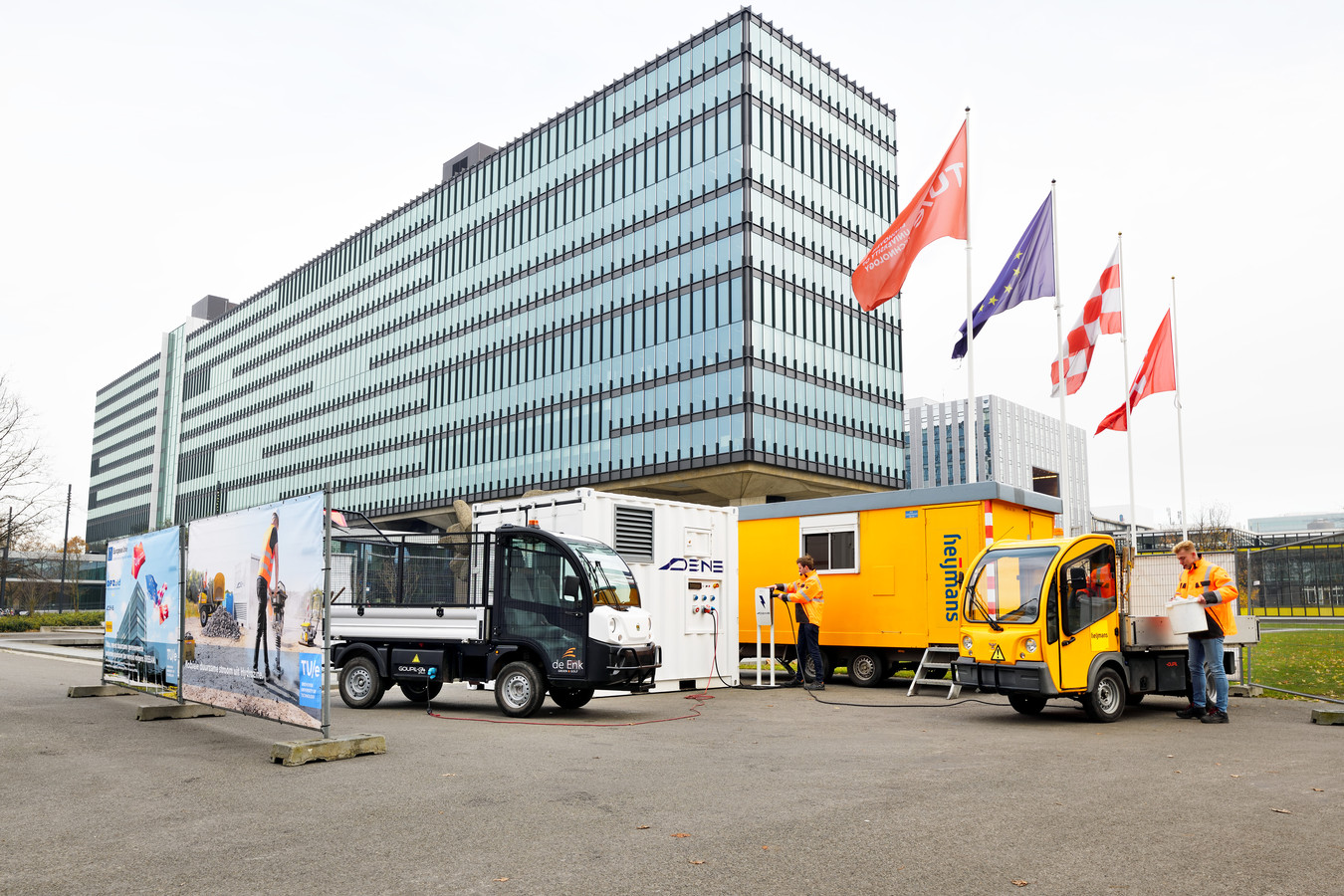Het hydrozine aggregaat van Dens in gebruik tijdens een proef met elektrische wagens voor groenonderhoud de campus van de TU/e.