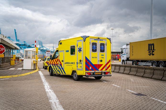 De hulpdiensten zijn maandagmiddag massaal uitgerukt naar de Maasvlakte in Rotterdam.