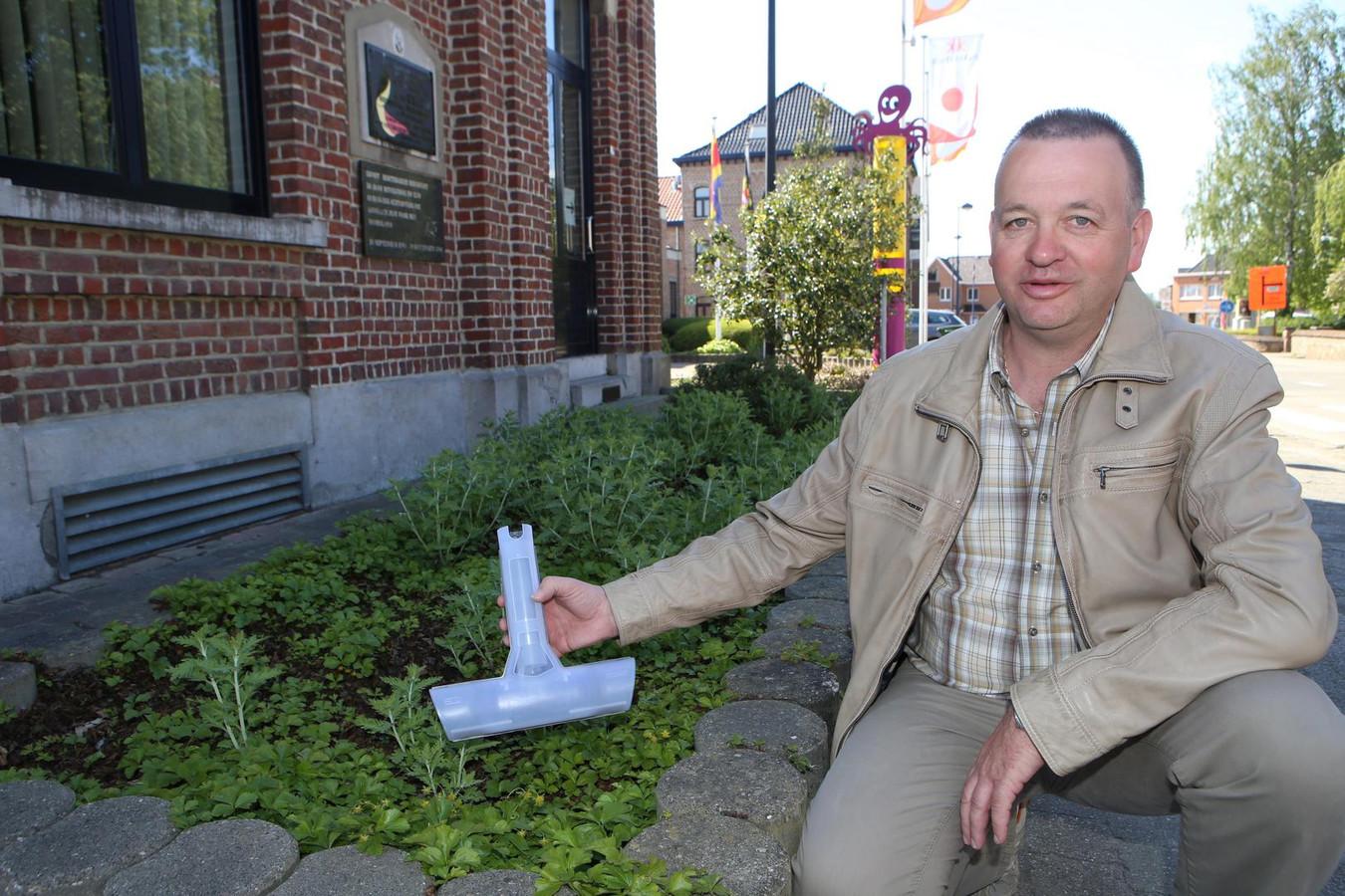 Schepen van Milieu Erwin Thomas met een te kleine rattenval in de hand.