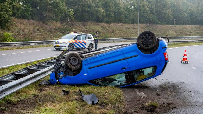 Automobilist vliegt met wagen uit de bocht en slaat over de kop in Tilburg