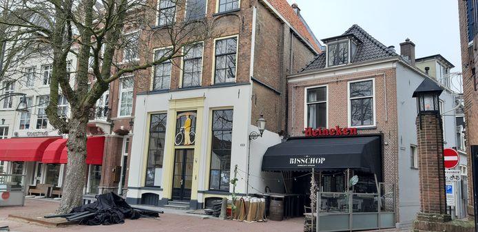 Het rijksmonument aan de Brink, naast café de Bisschop.