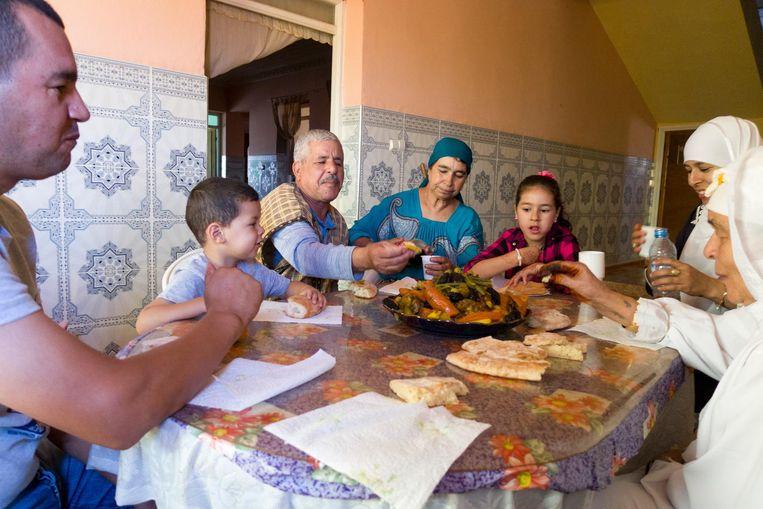 Een Marokkaanse familie aan de dis in Beni Said, een streek in het Rifgebergte, in het noorden van het Afrikaanse land. Beeld null