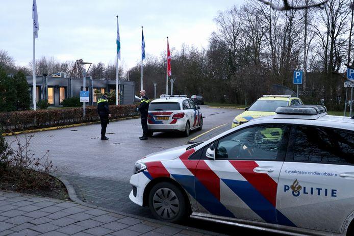 De politie doet onderzoek bij het ziekenhuis aan de Urkerweg in Emmeloord.