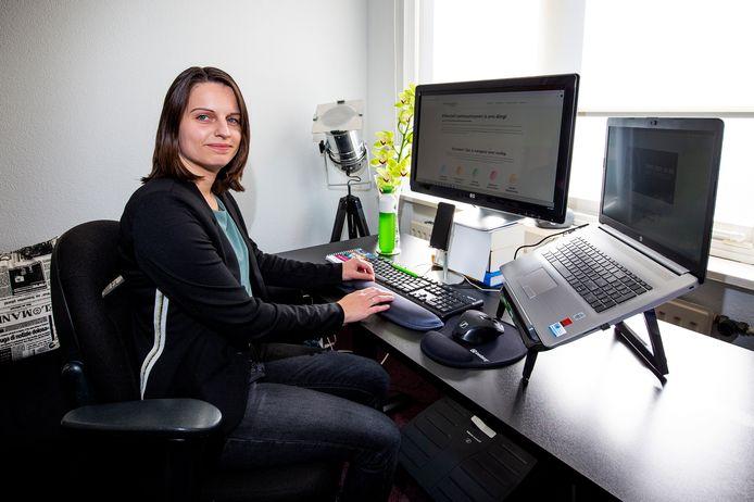 Bettine Verseput (32) is doof en heeft een cochleair implantaat (CI) waarmee ze nu prima kan horen en gewoon haar werk kan doen als administratief medewerker.