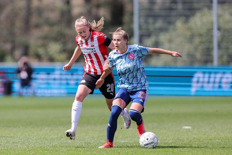 PSV'er Julie Biesmans en Ajaxspeler Victoria Pelova. Beeld Pro Shots / Remko Kool