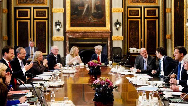 Het kabinet-Rutte II voor het eerst bijeen voor de ministerraad. De jonge coalitie moet zien te voorkomen dat ze de indruk wekt bij nieuw 'geritsel' ogenblikkelijk weer naar de onderhandeltafel te gaan. Beeld anp