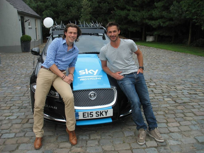 Evert de Moor (links) en Servais Knaven op de motorkap van één van de Sky-auto's.