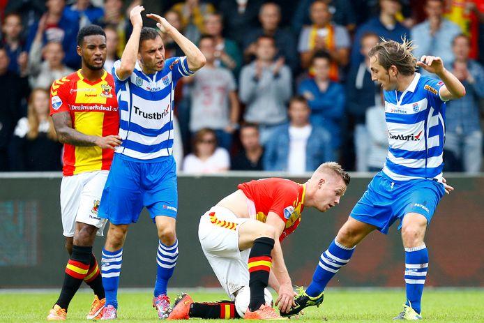 Bram van Polen (m) is boos op GA Eagles-spelers Fernando Lewis (l) en Jules Reimerink.