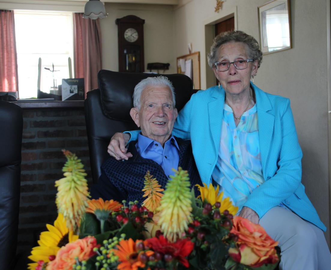 Jan en Riek Vervoort-Huijbers bij het boeket dat ze van de gemeente kregen voor hun 60-jarige huwelijk.