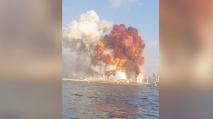 Les explosions qui ont eu lieu à Beyrouth ce 4 août filmées par un couple de jet skieurs.