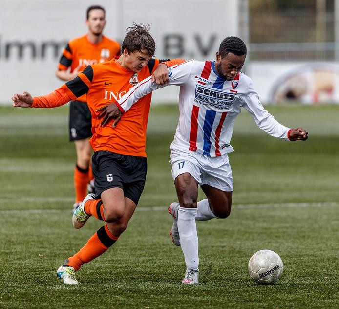 Rechts vv Klundert-speler Eric Fuanani in duel met Bart Gort van Terneuzen.