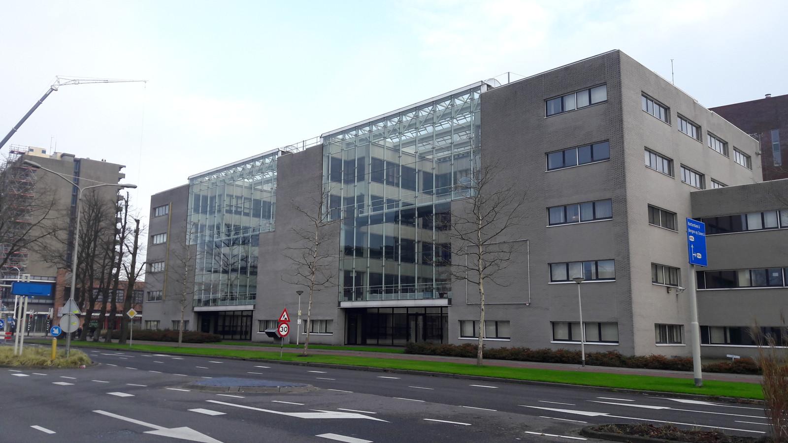 Het voormalige Belastingkantoor in Roosendaal staat sinds vorig jaar leeg. In maart begint de verbouwing tot school.