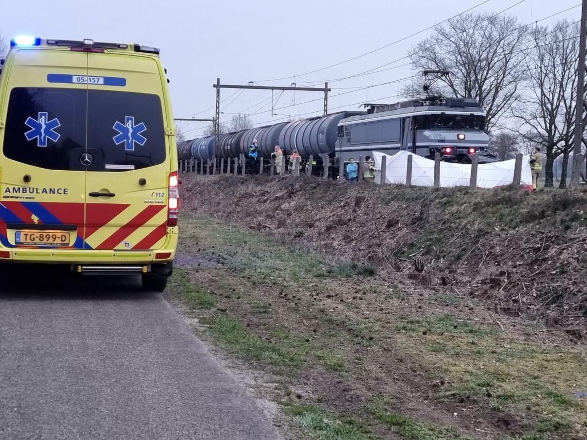 Op de Zeilkerweg in Borne is zondag aan het einde van de middag een auto in botsing geraakt met een goederentrein.