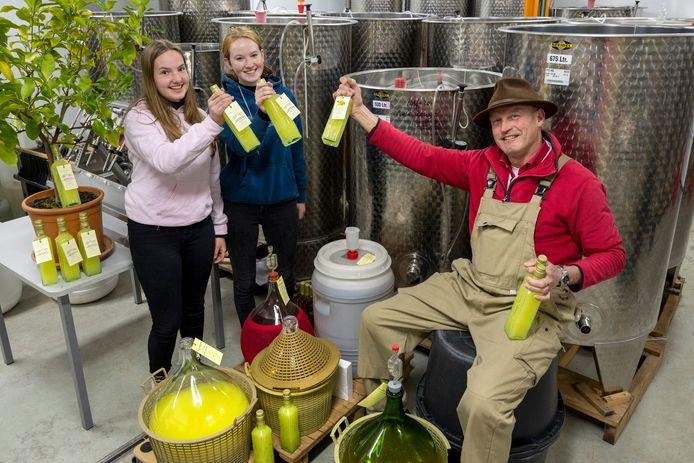 De limoncellomakers van de Dierense wijngaard. Wijngaardenier Youp Cretier en de stagiaires Lisa van Daalen (links) en Robyn Mikuska. Links het citroenboompje waarmee het begon.