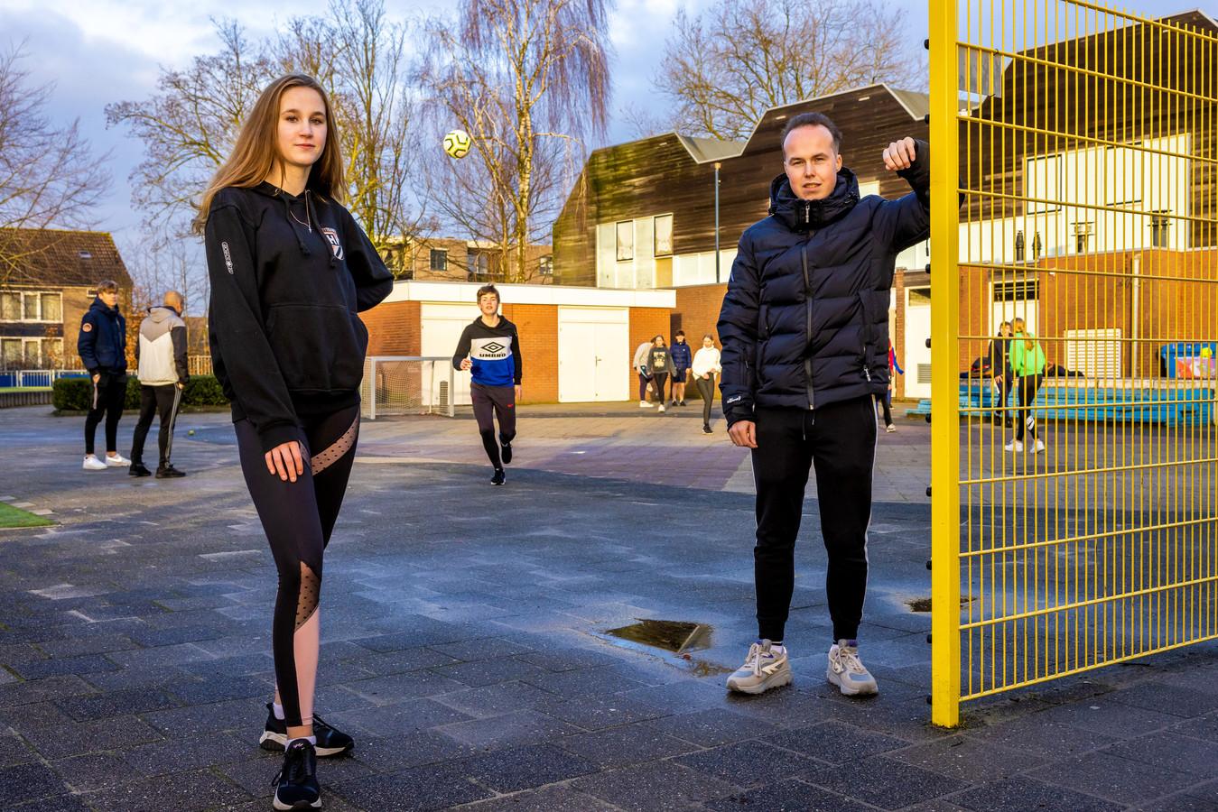 """Angel de Peffer en Dani Berger van HeusdenPopUp op het schoolplein van basisschool de Duinsprong: """"Een deel van de jongeren heeft vooral behoefte aan elkaar ontmoeten."""""""