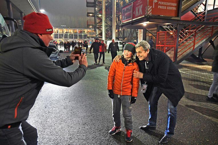 Peter Houtman gaat voor de wedstrijd op de foto met een fan van zijn club Beeld Guus Dubbelman / de Volkskrant