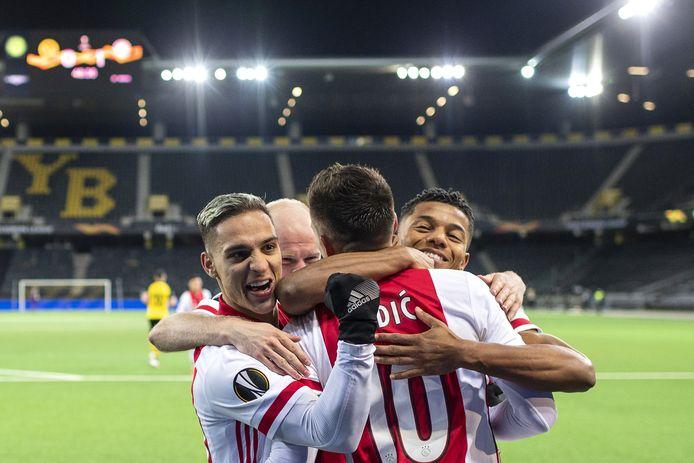 Antony, Klaassen, Tadic en Neres vieren de 0-2.