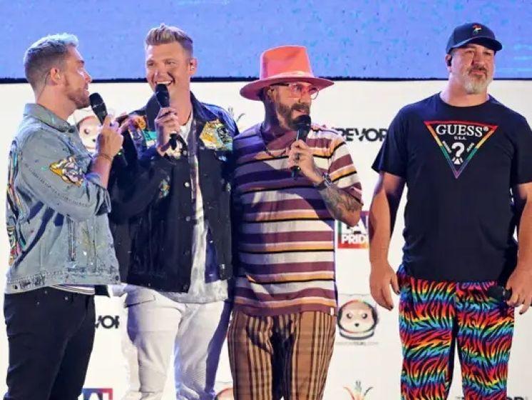 """Près de 20 ans plus tard, les Backstreet Boys et NSYNC dansent à nouveau sur """"Bye Bye Bye"""""""