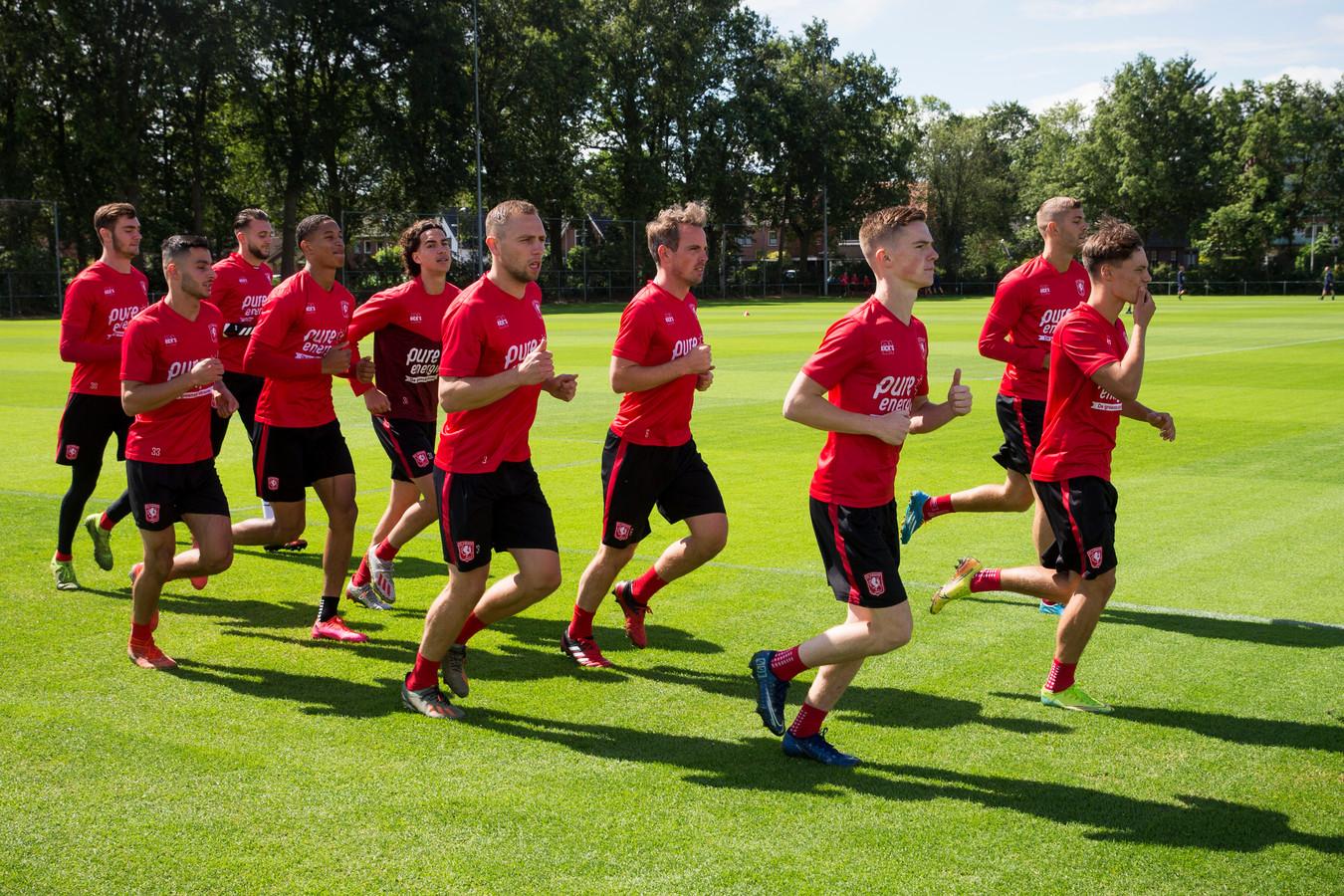 De jongelingen Daan Rots (links) en Tijs van Leeuwen (rechts) lopen voorop in de duurloop bij FC Twente. Jaydon Oosterwolde is de middelste speler op de voorlaatste rij.