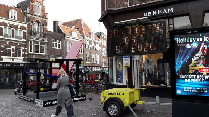 Utrecht, een tekstkar op de Stadhuisbrug in Utrecht waarschuwt tegen fietsen in het voetgangersgebied.