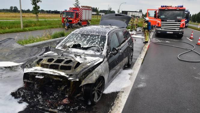 Motorcompartiment BMW vat vuur tijdens het rijden, bestuurster in shock