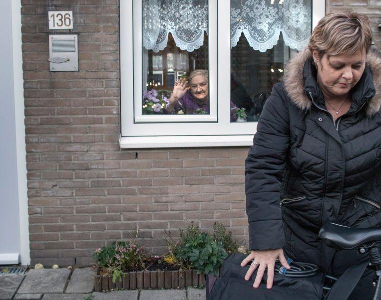 Wijkverzorgende Anita Vermeij op bezoek bij haar cliënte mevrouw Tanneke Kramp. Beeld Werry Crone