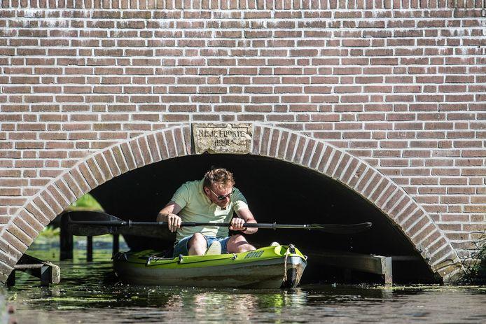 Op sommige plekken is wel het even bukken om met de kano onder de brug door te kunnen.