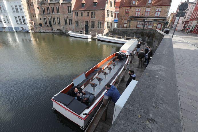 De elektrische boot is gepersonaliseerd met rode en bruine tinten.