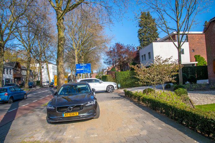 Een van de nieuwe parkeervakken aan de Bredaseweg, vlak naast een riante oprit. Volgens de gemeente Tilburg zijn de parkeervakken nodig vanwege de nieuwe parkeerregulering.