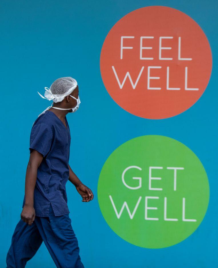 Een verpleger loopt voorbij een apotheker in Alberton, nabij Johannesburg. Beeld AP