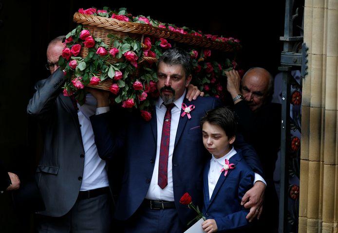Andrew Roussos en broertje Xander dragen een met rozen versierde rouwmand tijdens de begrafenis van Saffie.