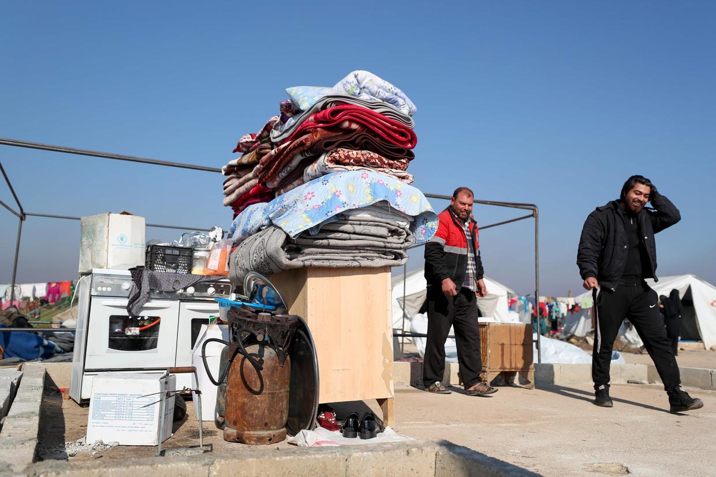 Vluchtelingen vinden onderdak in een kamp in Binnish in de Syrische provincie Idlib. Beeld AFP
