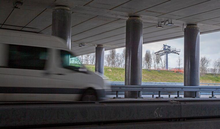 De kabelbaan in aanbouw over de snelweg A6 voor de Floriade Expo 2022. Beeld Hollandse Hoogte / Novum RegioFoto