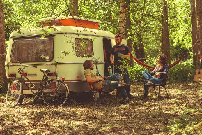 Sieko Noordhuis, Frederik Noordhuis en Eva Hetharia voor hun caravan.
