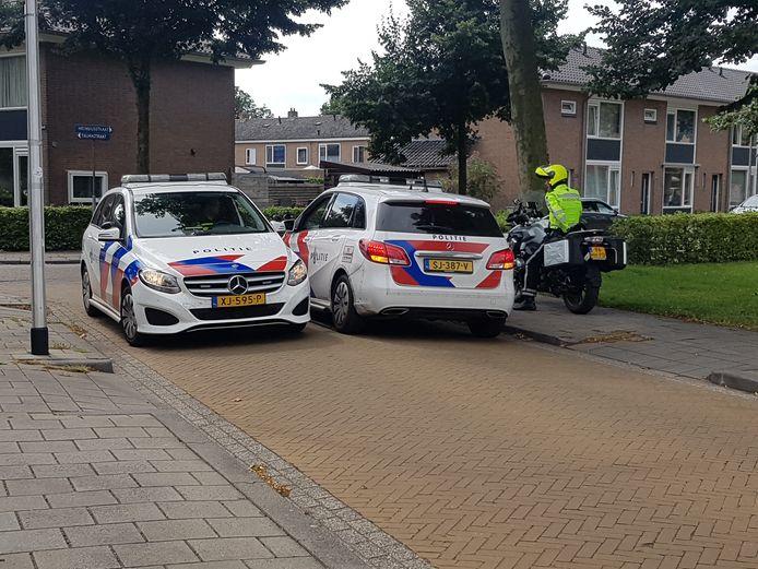 Politieagenten overleggen tijdens hun zoektocht naar een man verdacht van diefstal.