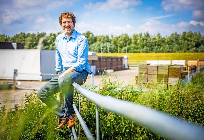 CDA-raadslid Paul Rijken met op de achtergrond de oude PKF-fabriek in Heinenoord.