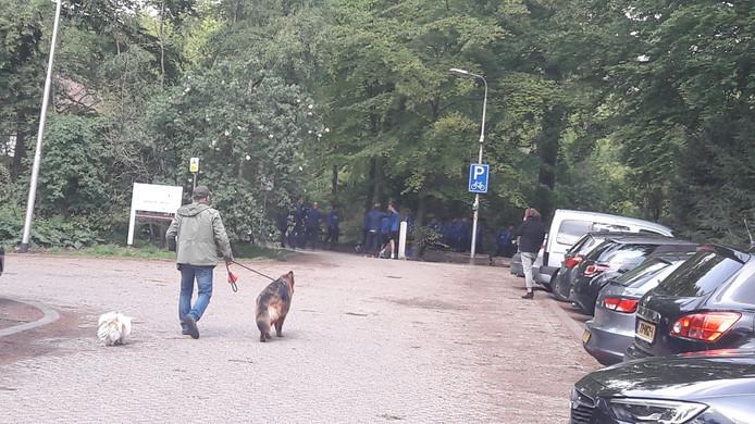 Trainer Adrie Koster stuurt Willem II bij Auberge du Bonheur het bos in.