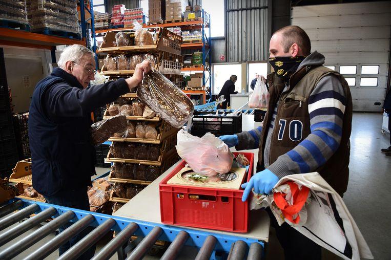 In het hele land hebben voedselbanken het moeilijk, omdat de aanvoer van voedsel onzeker is en oudere vrijwilligers afhaken. Beeld Marcel van den Bergh / de Volkskrant