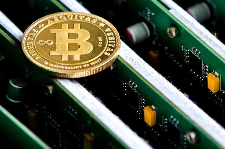 Een munt met het bitcoinsymbool op apparatuur van het Nederlandse Bitonic. Beeld ANP